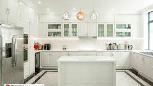 Tủ bếp trắng cổ điển, sang trọng, tinh tế