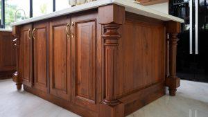 Tủ bếp gỗ óc chó lâu bền với thời gian